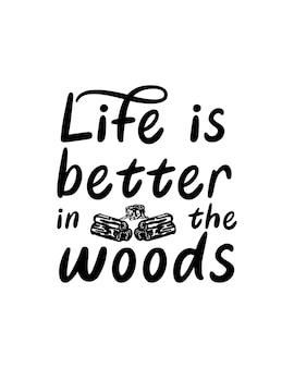 La vita è migliore nei boschi sul poster di tipografia disegnati a mano