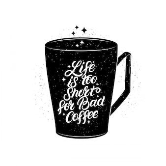 La vita è troppo breve per un cattivo caffè scritto a mano scritte su una tazza nera.