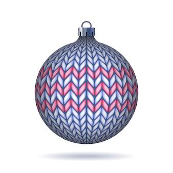 Palla di natale lavorata a maglia azzurra isolata su fondo bianco