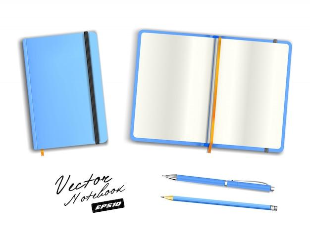 Modello quaderno azzurro aperto e chiuso con elastico e segnalibro. penna in bianco cerulea di cancelleria realistica e matita azzurra. illustrazione del taccuino su fondo bianco.