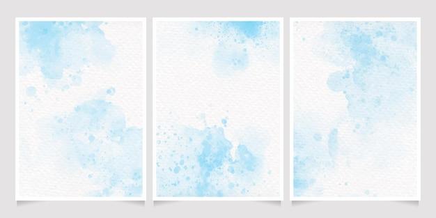 Spruzzata di lavaggio bagnato dell'acquerello blu chiaro sulla raccolta di carte di invito