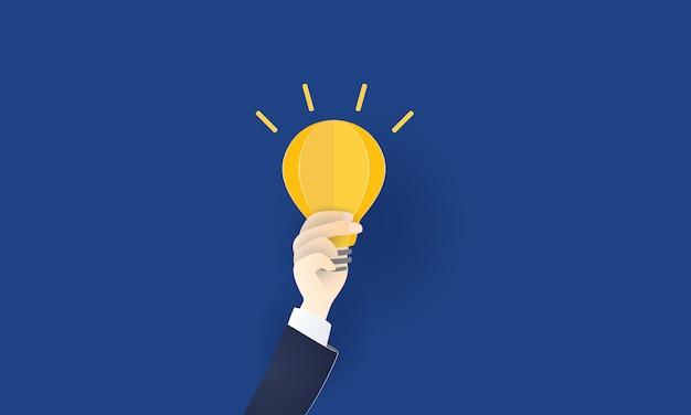 Lampadina in mano di uomo d'affari per nuove idee e innovazione, creatività, concetto di affari