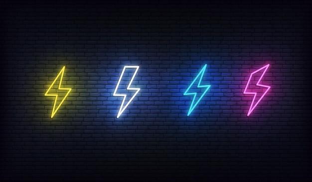 Fulmine al neon. set neon di energia. segno di fulmini, tuoni ed elettricità.