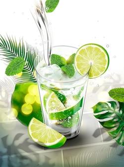 Liquido che versa in mojito con lime e mentine su sfondo di foglie tropicali