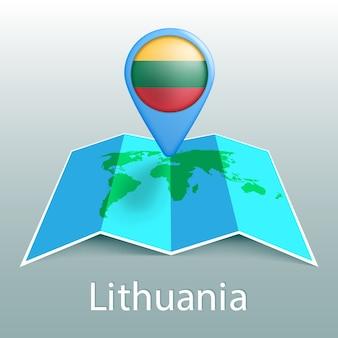 Mappa del mondo di bandiera della lituania nel perno con il nome del paese su sfondo grigio