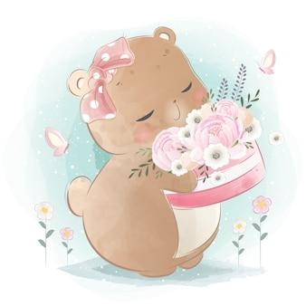 Little bear tenendo un cesto di fiori