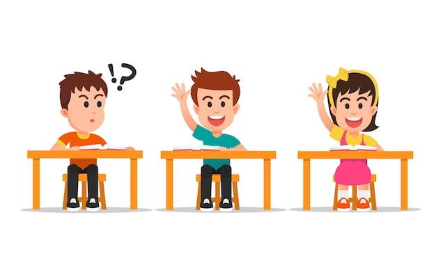 Ragazzino confuso perché i suoi amici sono molto intelligenti