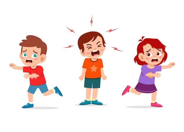Il ragazzino piange e urla così forte e fa correre il suo amico