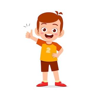 Accordo di manifestazione del ragazzino con il gesto della mano del pollice in su