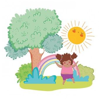 Piccola ragazza paffuta con arcobaleno nel paesaggio
