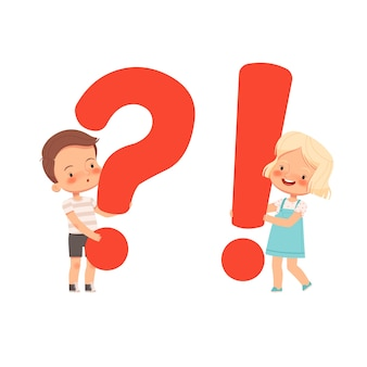 Il piccolo ragazzo e la ragazza svegli tengono i punti interrogativi ed esclamativi. un concetto per domande e risposte dei bambini. bambini curiosi. piatto del fumetto. isolato su uno sfondo bianco.