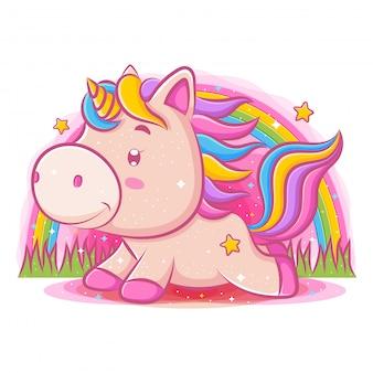 Piccolo unicorno carino giocando al parco