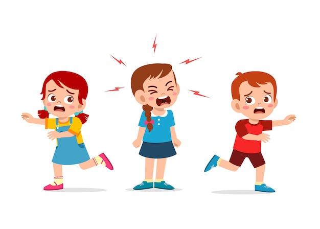 La bambina piange e urla così forte e fa correre la sua amica
