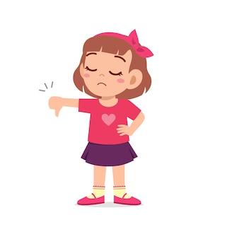 La bambina mostra il disaccordo con il gesto del pollice giù