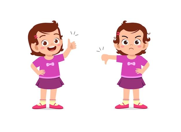 Bambina mostra il gesto della mano pollice su e pollice verso il basso