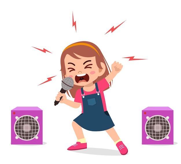 La bambina canta una canzone sul palco e urla