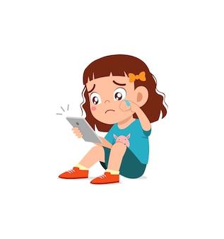 Bambina che usa il cellulare e piange