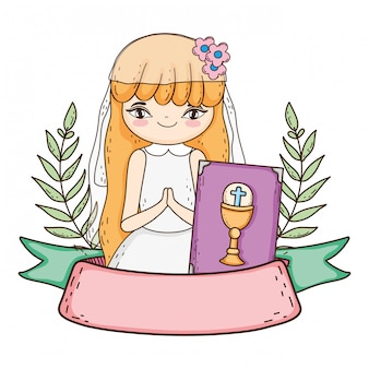 Bambina con la bibbia nella prima celebrazione della comunione