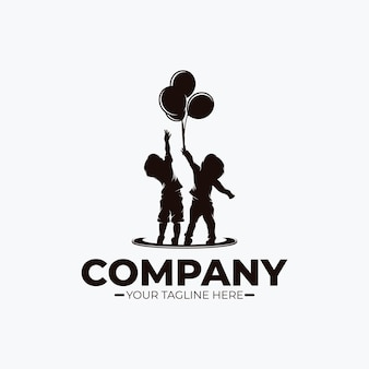 Bambini piccoli che raggiungono il logo dei sogni