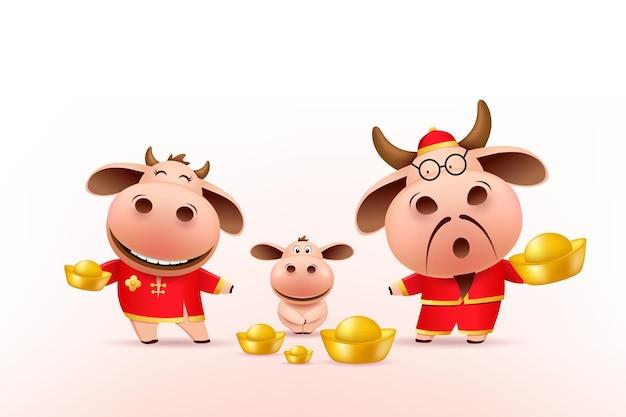 Piccola famiglia di buoi con in mano oro cinese, vestito rosso cheongsam.