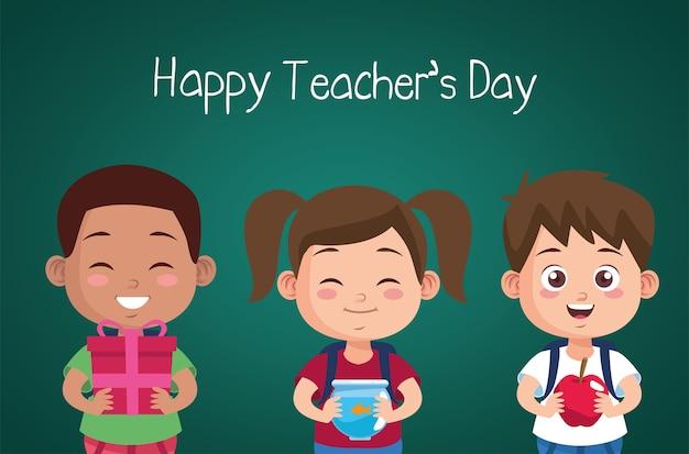 Piccoli studenti con scritte del giorno degli insegnanti