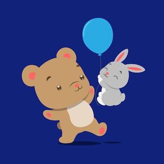 Piccolo orsacchiotto che gioca e balla con il piccolo coniglio che tiene un palloncino blu