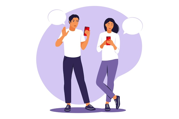 Conversazione dal vivo tra due amici. ragazzo e ragazza in piedi con telefoni e fumetti. illustrazione vettoriale. appartamento.