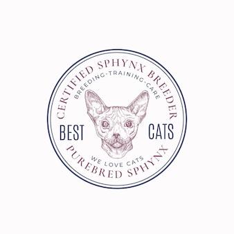 Distintivo del telaio dell'allevatore di gatti locale o modello di logo disegnato a mano schizzo del viso di razza sphynx con caratteri retr...