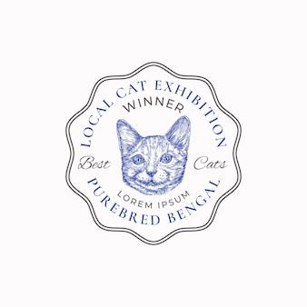 Distintivo del telaio della mostra del gatto locale o modello di logo disegnato a mano schizzo del viso di razza bengala con retr...
