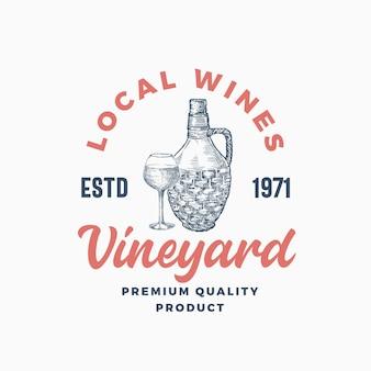 Modello di logo del vigneto di vini locali. bottiglia di vimini disegnata a mano e schizzi di vetro con tipografia moderna