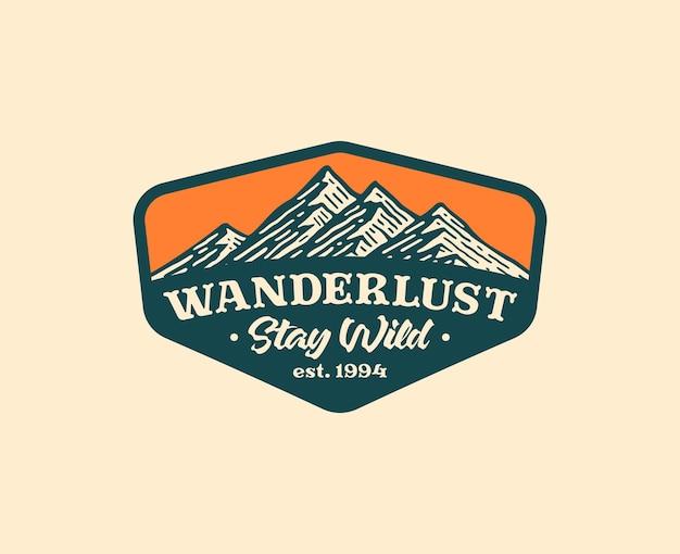 Distintivo del logo di montagna e avventura nel design vintage.