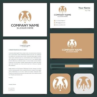 La costruzione del logo o l'immobiliare si combinano con il ferro di cavallo nel biglietto da visita premium vector logo premium Vettore Premium