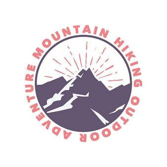 Logo design escursionismo in montagna avventura all'aria aperta con illustrazione piatta di montagna