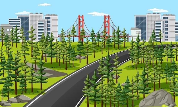 Lunga strada in città con scena di paesaggio naturale