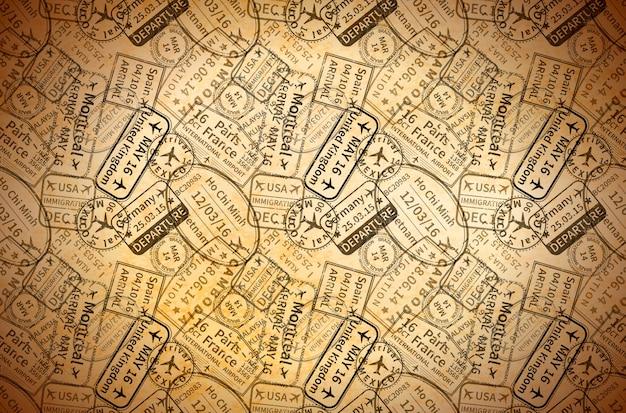 Molta impronta internazionale nera dei timbri di gomma di visto di viaggio su vecchia carta, fondo d'annata orizzontale