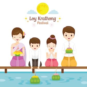 Festival di loy krathong, famiglia in abiti tradizionali tailandesi, costume nazionale, celebrazione e cultura della thailandia