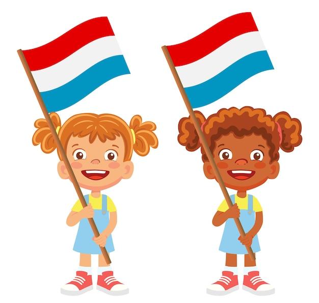 Bandiera del lussemburgo in mano. bambini che tengono bandiera. bandiera nazionale del vettore lussemburgo