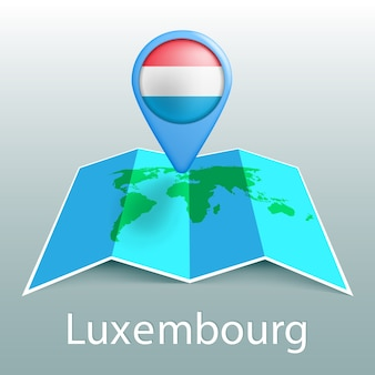 Mappa del mondo di bandiera del lussemburgo nel pin con il nome del paese su sfondo grigio
