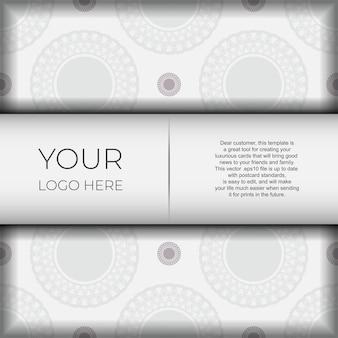Modello lussuoso per cartoline di design stampabili in colore bianco con motivi greci scuri. preparazione vettoriale della carta di invito con posto per il tuo testo e ornamento vintage.