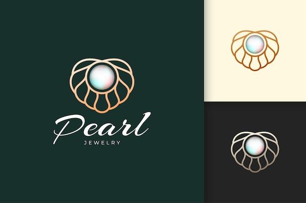 Il logo di perle di lusso ed elegante con conchiglia o capesante rappresenta gioielli e gemme