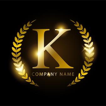 Lettera d'oro di lusso k per l'identità o l'etichetta del marchio premium.