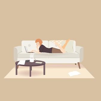 Sdraiato giocare e lavorare con il computer portatile esercitarsi a lavorare da casa e rimanere a casa durante l'epidemia di pandemia di coronavirus pandidic 19 per prevenire la diffusione dell'infezione