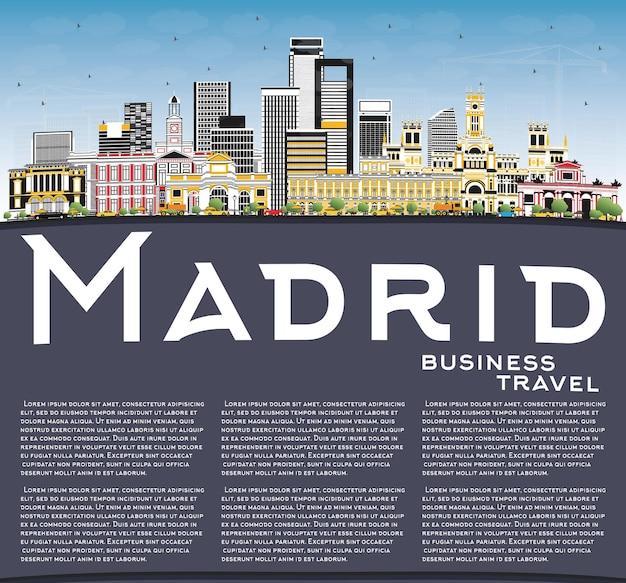 Orizzonte della città di madrid spagna con edifici grigi, cielo blu e spazio di copia. viaggi d'affari e concetto di turismo con architettura storica.