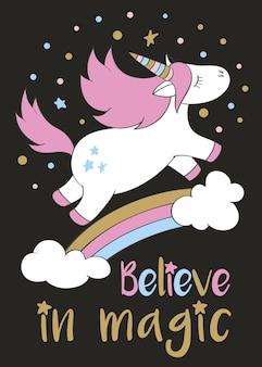 Unicorno magico carino in stile cartone animato con scritte a mano credi nella magia. doodle di unicorno che vola sopra un arcobaleno e nuvole