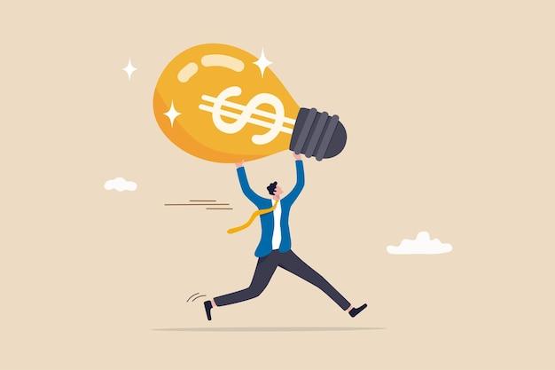 Guadagna da una nuova idea o trarre profitto da investimenti, creatività o innovazione per aumentare la crescita dei guadagni, concetto di idea finanziaria, uomo d'affari felice che porta un'idea di lampadina brillante con il segno dei soldi del dollaro