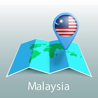 Mappa del mondo di bandiera della malesia nel pin con il nome del paese su sfondo grigio