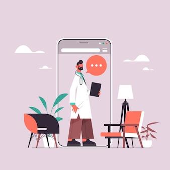 Medico maschio nello schermo dello smartphone chat bolla comunicazione consultazione online medicina sanitaria concetto di consulenza medica