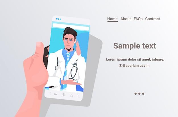Medico maschio nel paziente online di concetto della medicina di sanità di consultazione medica dello schermo dello smartphone che ha video chat con l'illustrazione orizzontale dello spazio della copia del medico