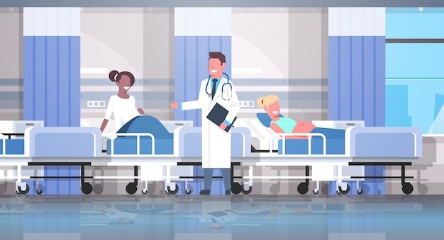 Medico maschio che visita e che esamina le donne incinte della corsa della miscela