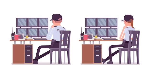 Guardia di sicurezza maschile e femminile che monitorano i sistemi di allarme